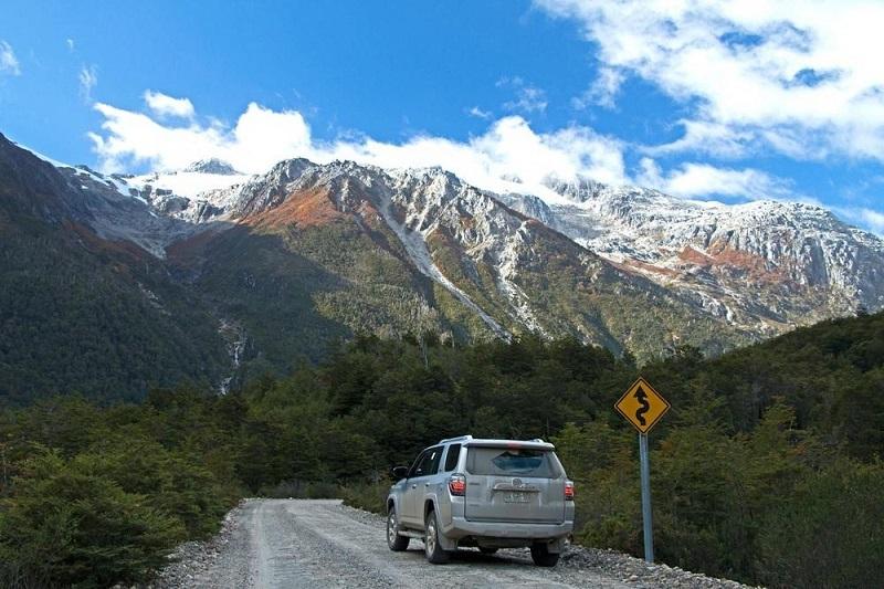 Carro em estrada no Chile