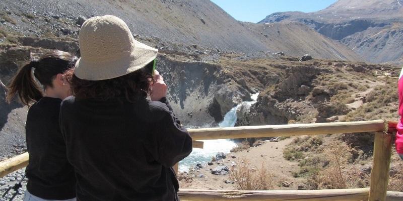 Turistas apreciando Salto del Yeso em Cajón del Maipo